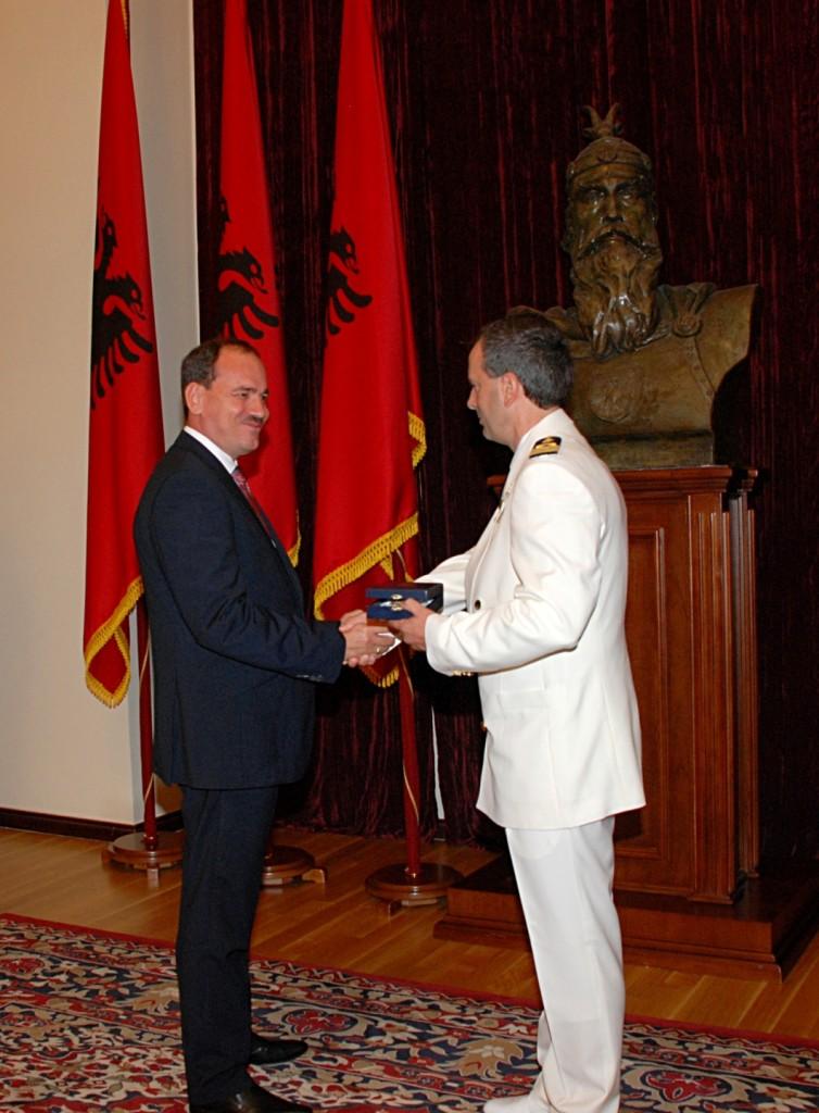 """PresAlbania_cosini:  foto il Presidente della Repubblica d'Albania, Bujar Nishani, consegna la medaglia """"Per particolari meriti civili"""" al comandante Cosini."""