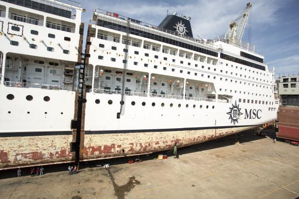 Show a Palermo: Fincantieri allunga una nave da crociera MSC-lallontanamento-corso-poppa-prua3-jpg