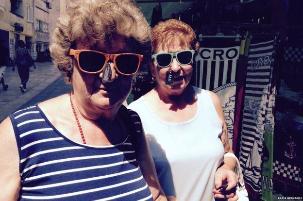Le nonne che non avevano mai visto il mare-_84872308_funne-two-sunglasses-976-jpg