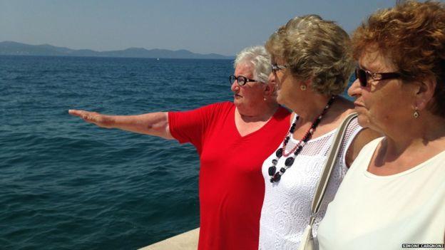 Le nonne che non avevano mai visto il mare-_84880129_funne-three-looking-out-to-jpg