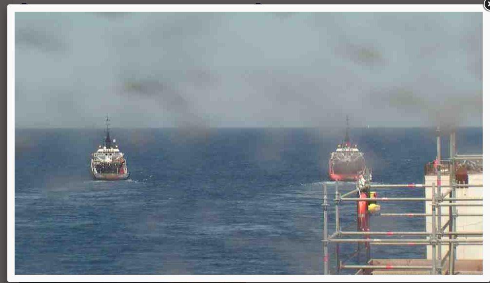 Liveboat in Diretta dall'Isola del Giglio e arrivo a Genova-rimorchiatori-trainano-nave-jpg
