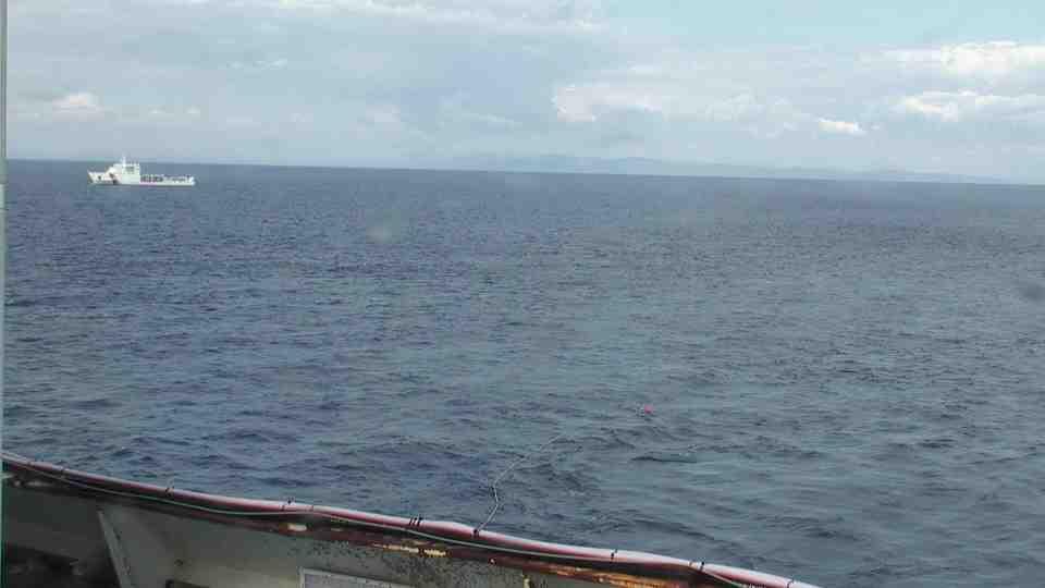 Liveboat in Diretta dall'Isola del Giglio e arrivo a Genova-verso-sera-concordia-trainata-rimorchiatori-2-jpg