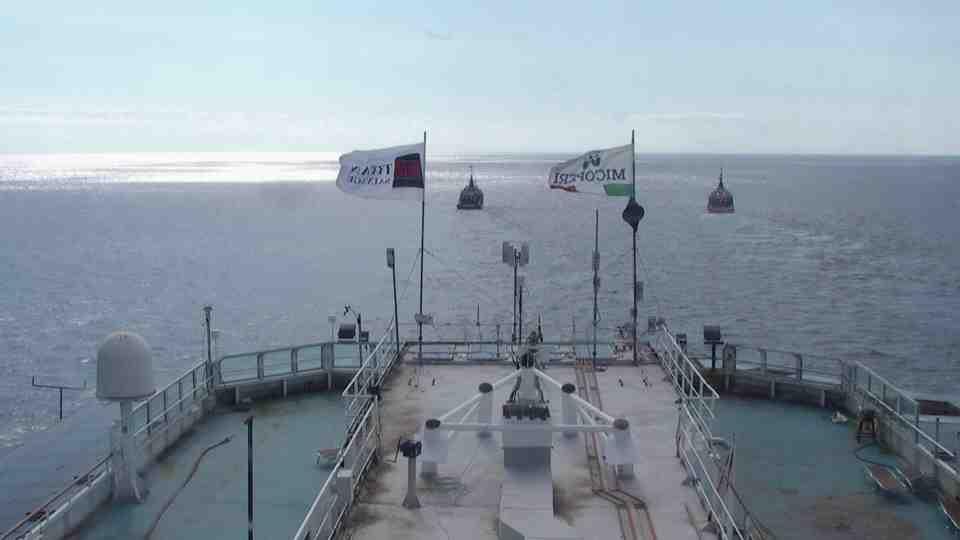 Liveboat in Diretta dall'Isola del Giglio e arrivo a Genova-verso-sera-concordia-trainata-rimorchiatori-jpg